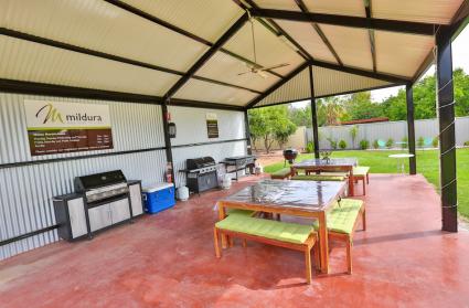 Buitenplaats met barbecues
